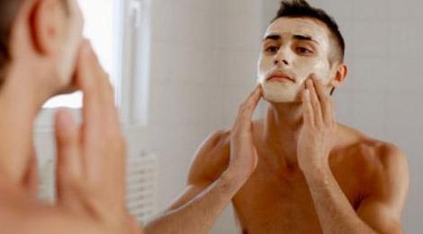 Los tres pasos de una limpieza facial básica para hombres